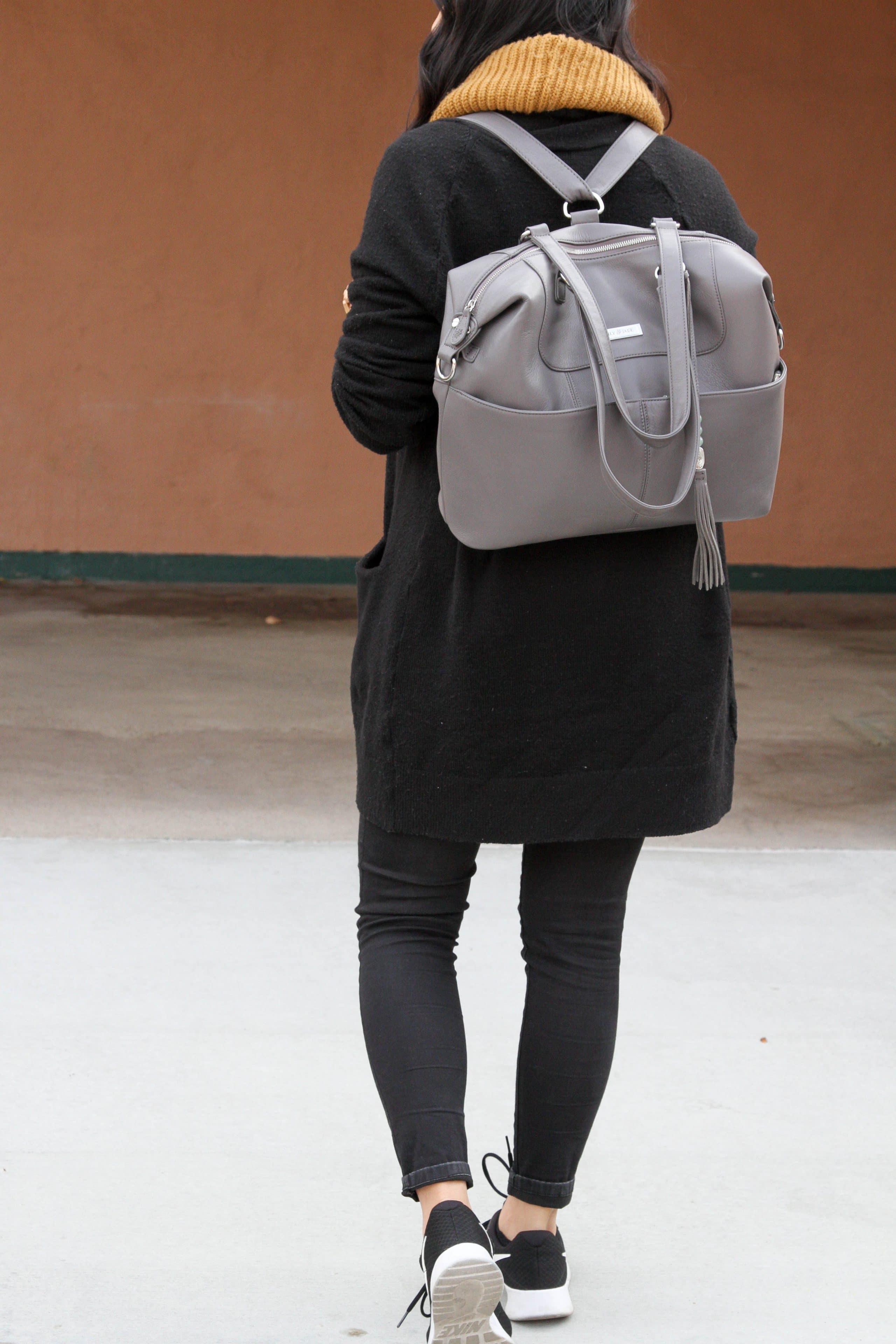 Travel Look: Black Cardigan + Black Jeans + Sneakers + Gray Bag
