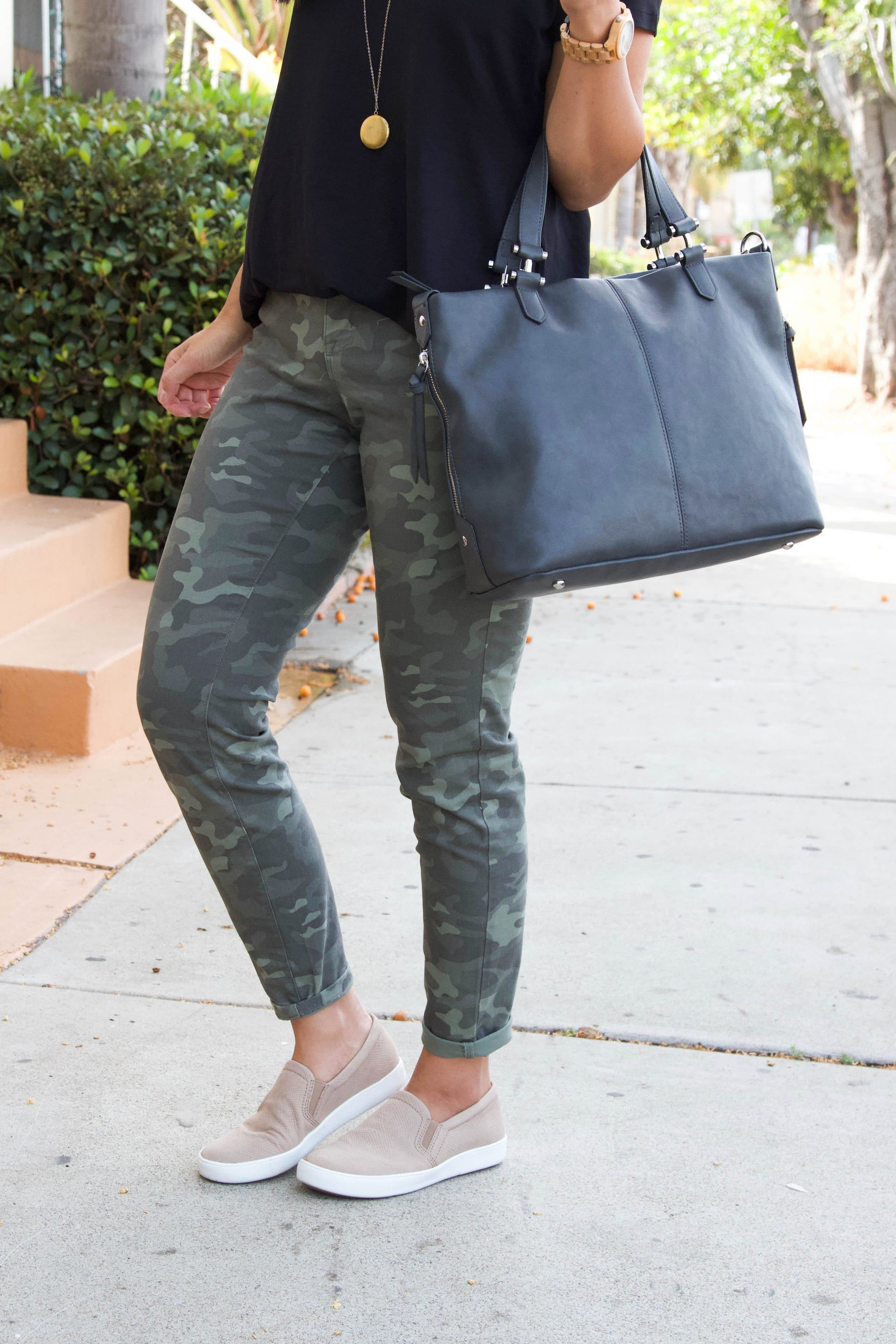 black top + taupe sneakers + green camo pants + grey tote