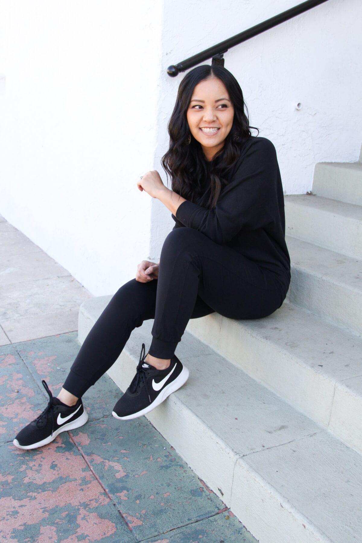 Athleisure Outfit: black sweatshirt + black joggers + black sneakers
