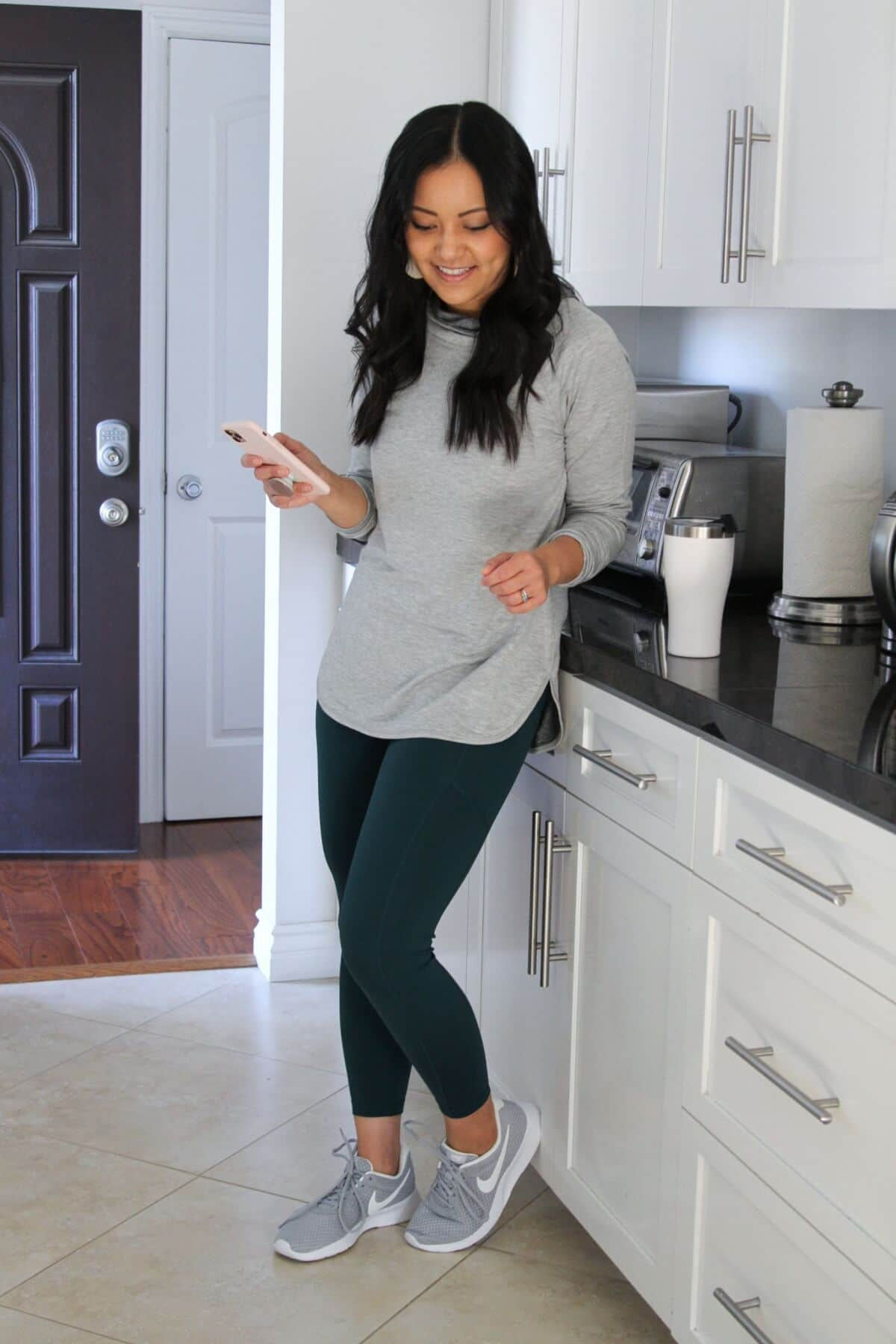 workout outfit with green leggings + grey tunic + grey sneakers