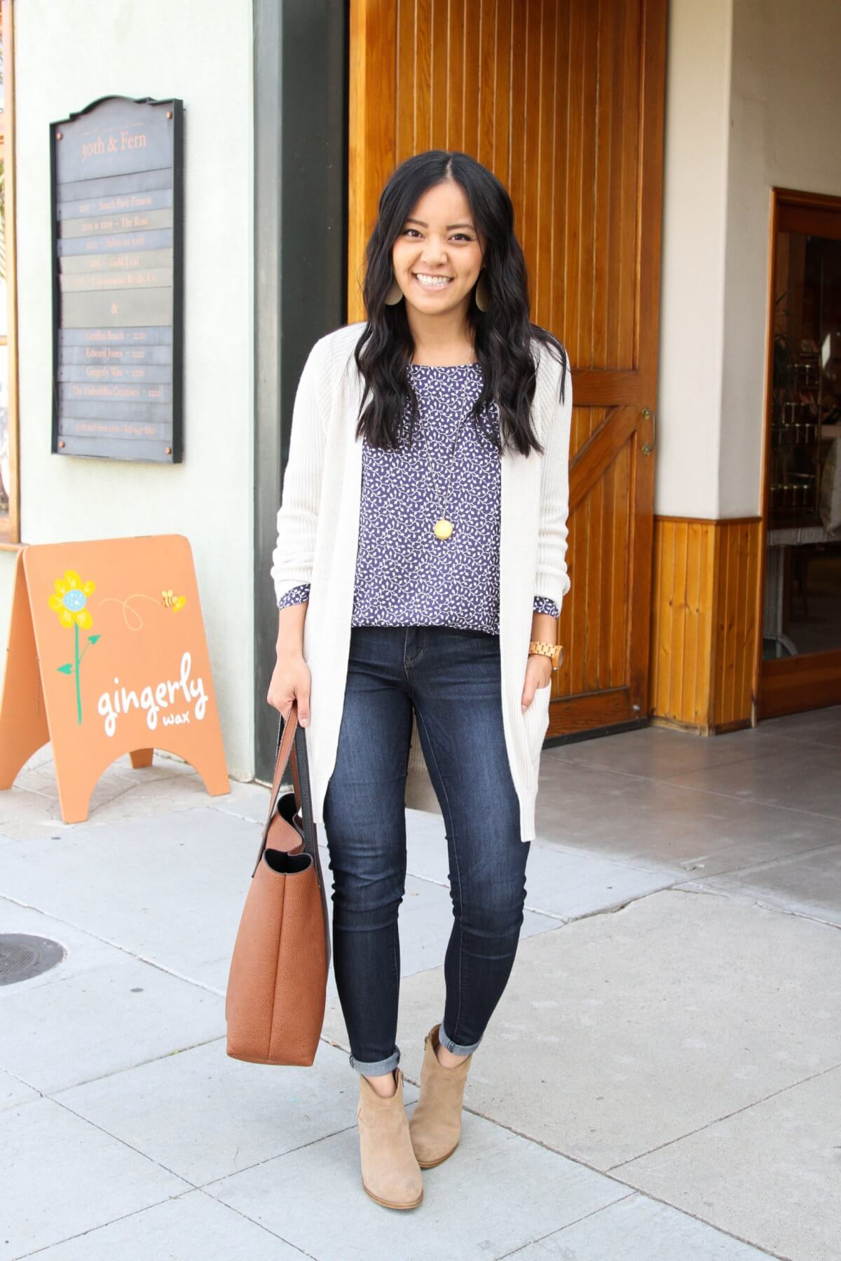 long cardigan outfit: white cardigan + blue blouse + jeans + ankle boots + long necklace + cognac tote