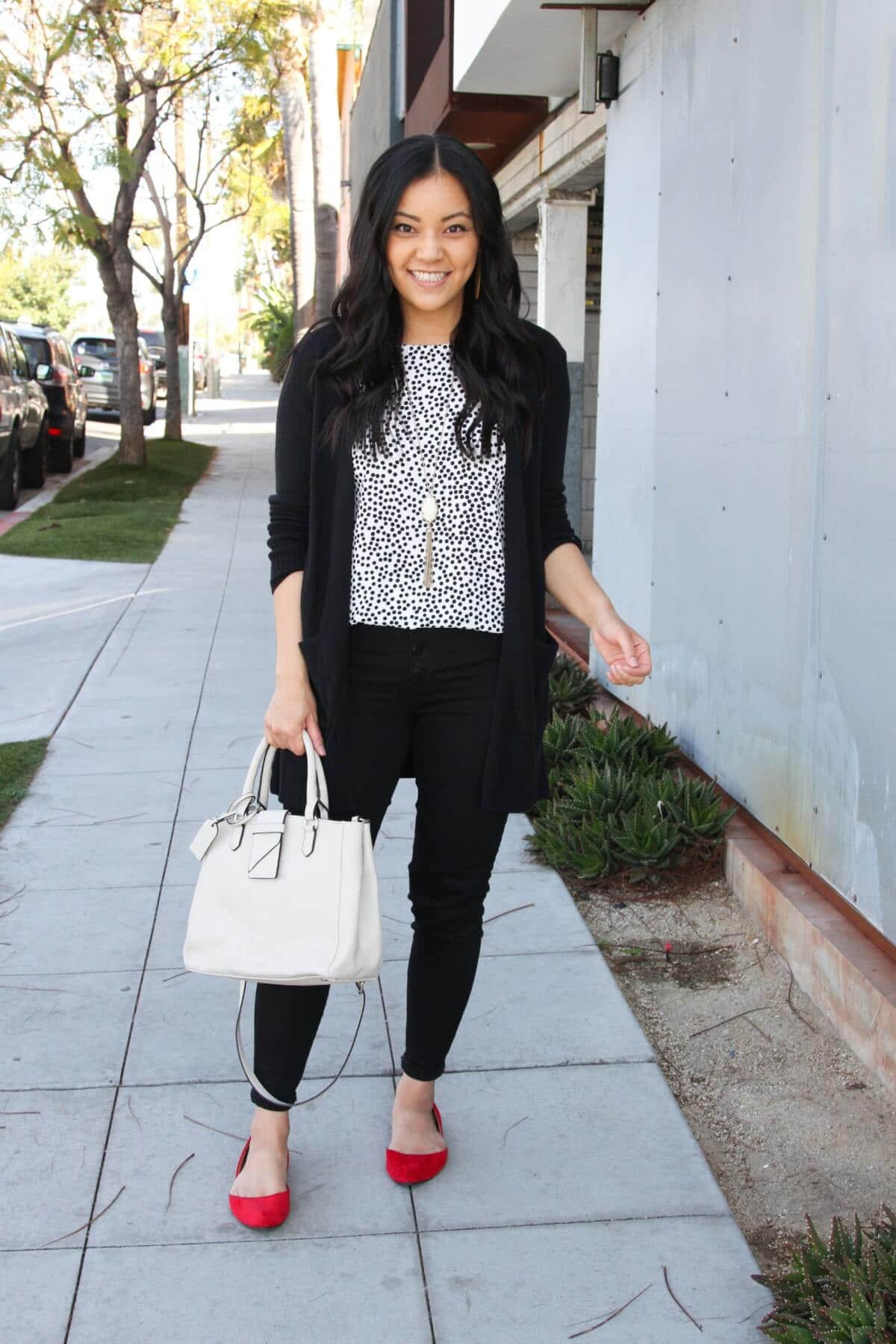 Classic Outfit black + white + red: black and white top + black cardigan + black pants + red flats + white bag + pendant necklace