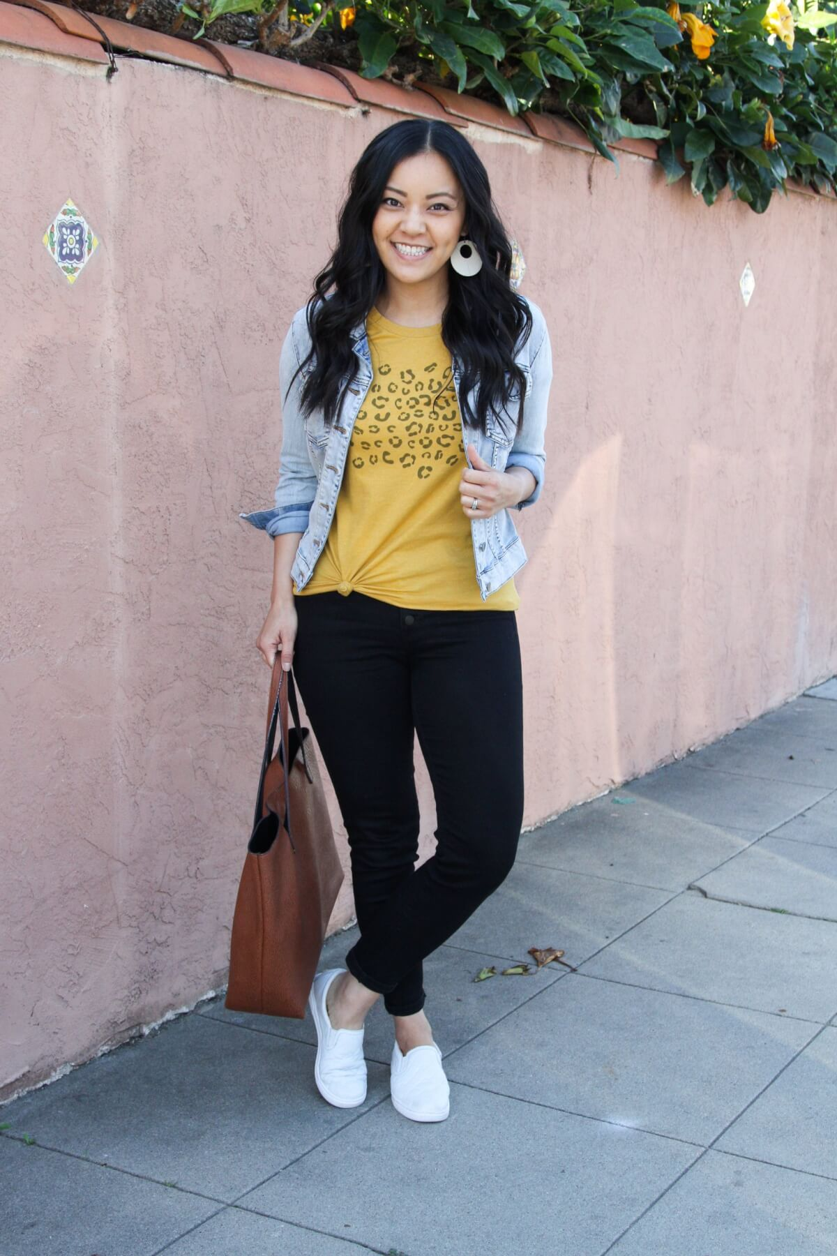 denim jacket outfit: denim jacket + yellow tee + black jeans +white sneakers + brown tote