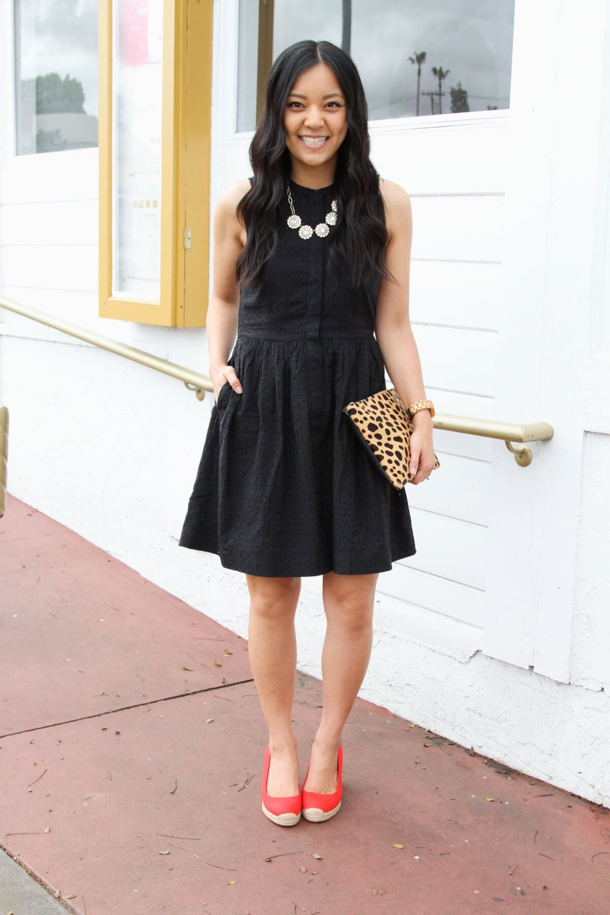 Classic Outfit black + white + pop of red: black dress + red heels + statement necklace + leopard clutch