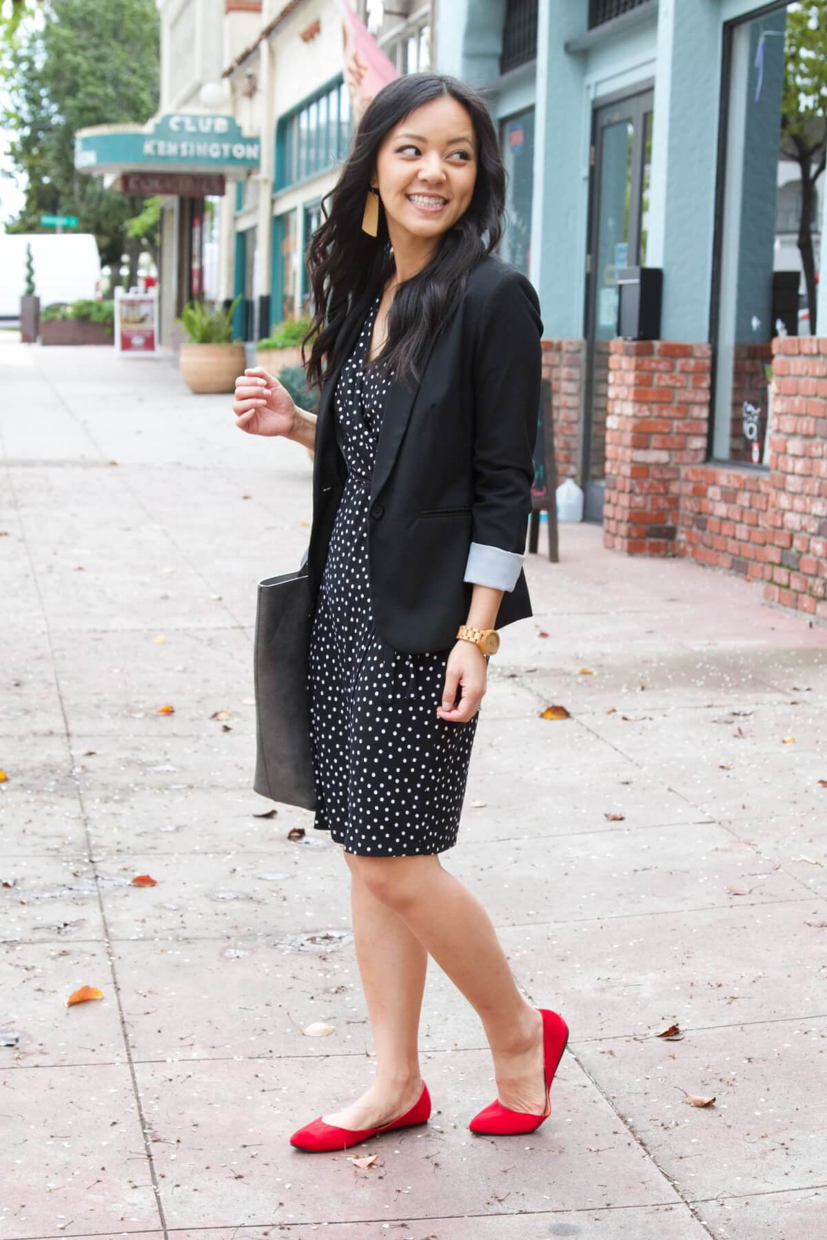 Classic Outfit black + white + pop of red: black and white dress + black blazer + red flats + black tote