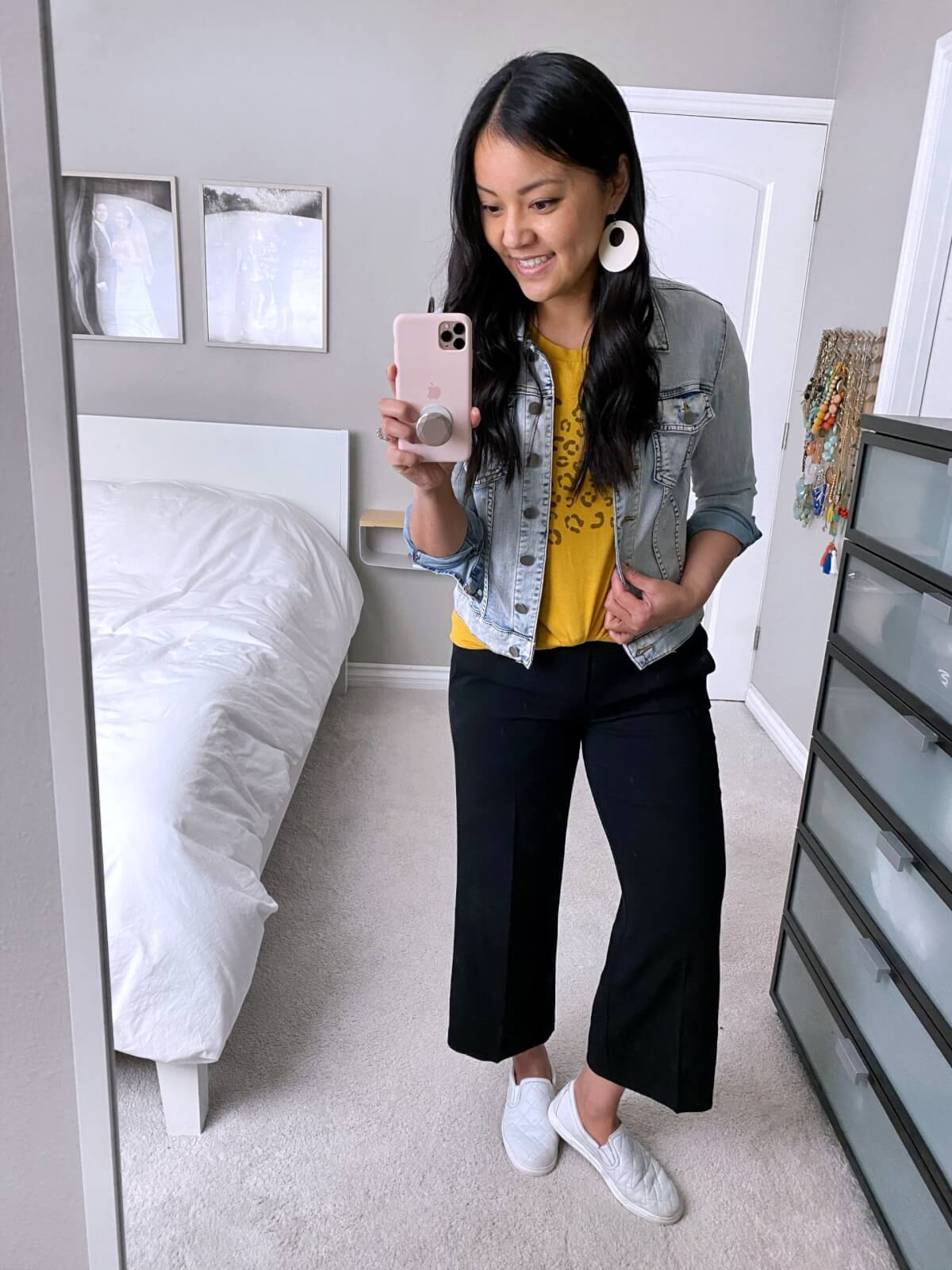 denim jacket outfit: denim jacket + yellow tee + black wide leg pants +white sneakers + white earrings